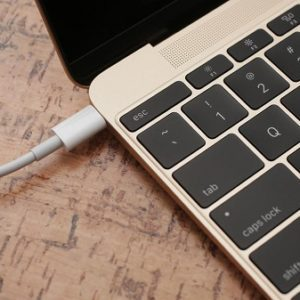 sua macbook bi hu cong headphone-01